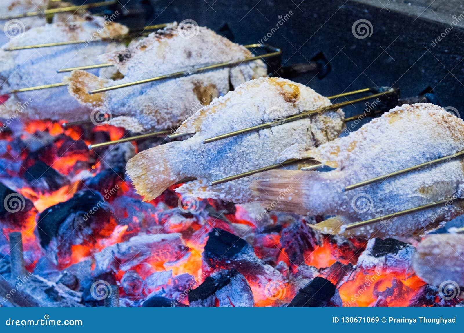 Ψημένα στη σχάρα ψάρια με τις φλόγες