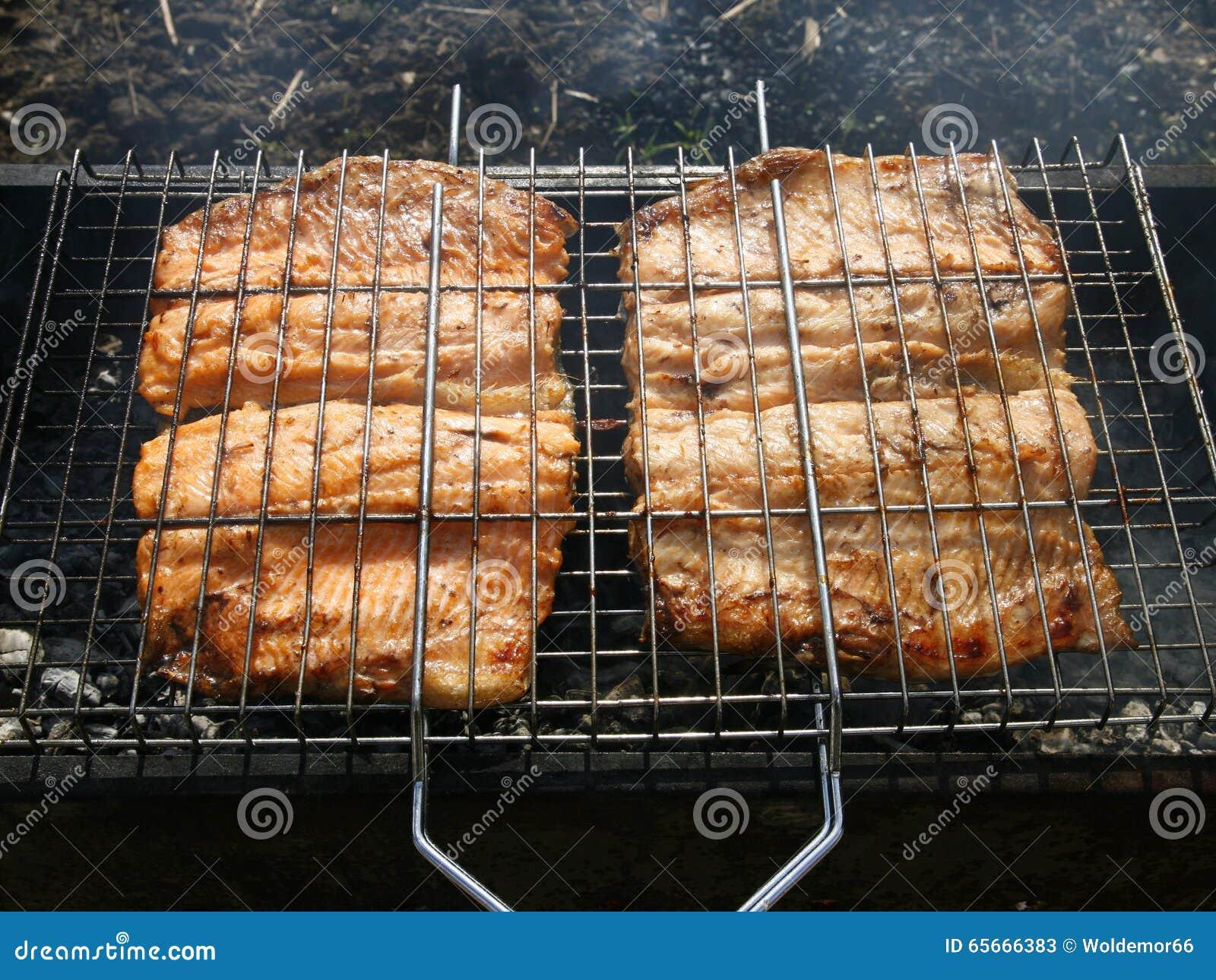 Ψημένα στη σχάρα ψάρια στους άνθρακες