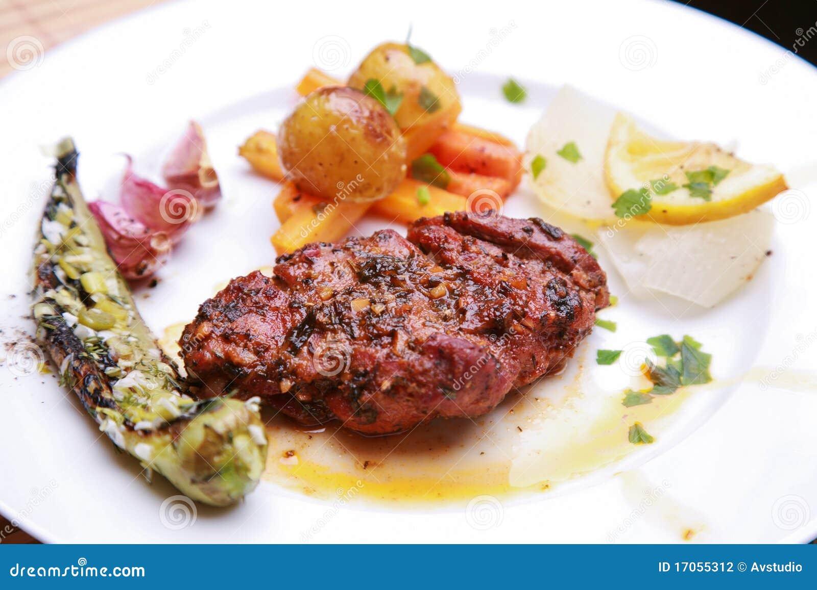 Ψημένη μπριζόλα χοιρινού κρέατος με τα χορτάρια