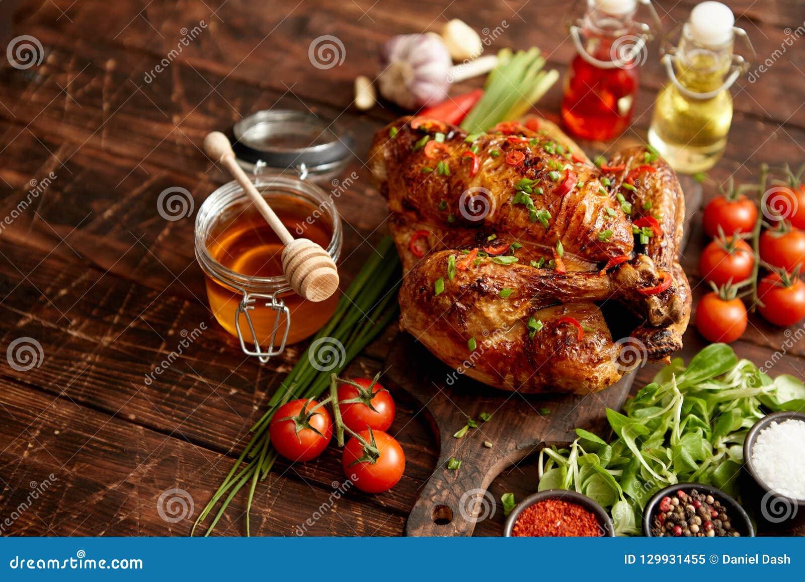 Ψημένη ολόκληρη κοτόπουλο ή Τουρκία που εξυπηρετείται με τα pepers και το φρέσκο κρεμμύδι τσίλι