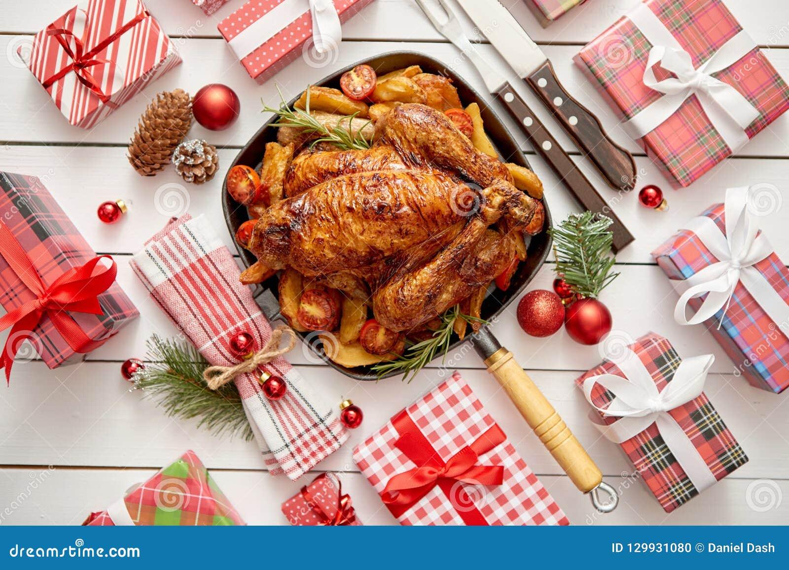 Ψημένη ολόκληρη κοτόπουλο ή Τουρκία που εξυπηρετείται στο τηγάνι σιδήρου με τη διακόσμηση Χριστουγέννων
