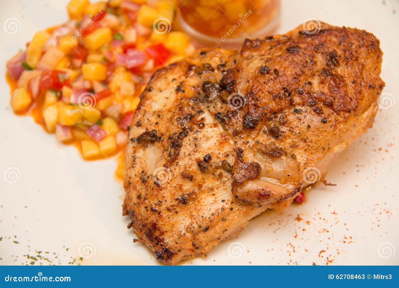 Ψημένη στη σχάρα μπριζόλα κοτόπουλου με τα φρούτα asuce