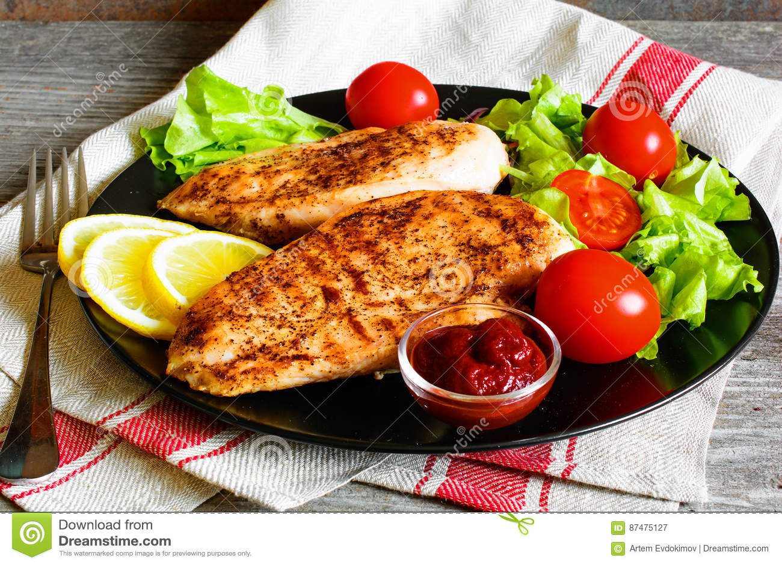 Ψημένη στη σχάρα λωρίδα στηθών κοτόπουλου που εξυπηρετείται με τα φρέσκα λαχανικά