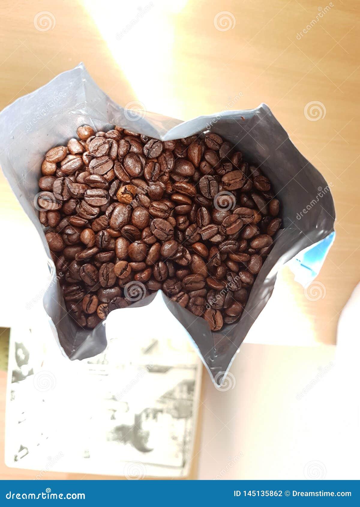 ψημένα φασόλια καφέ στην τσάντα