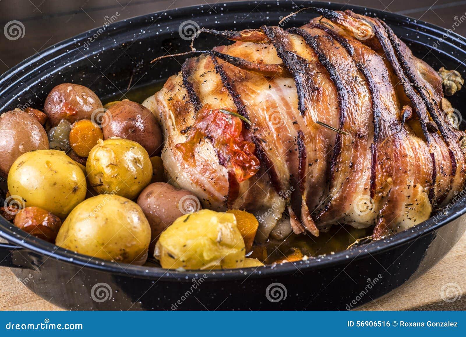 Ψημένο κοτόπουλο με το μπέϊκον και τις πατάτες