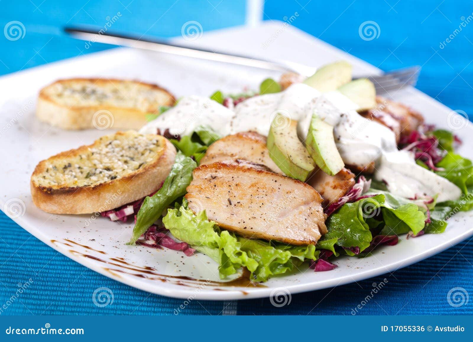 Ψημένο κρέας χοιρινού κρέατος με τη φρέσκια πράσινη σαλάτα