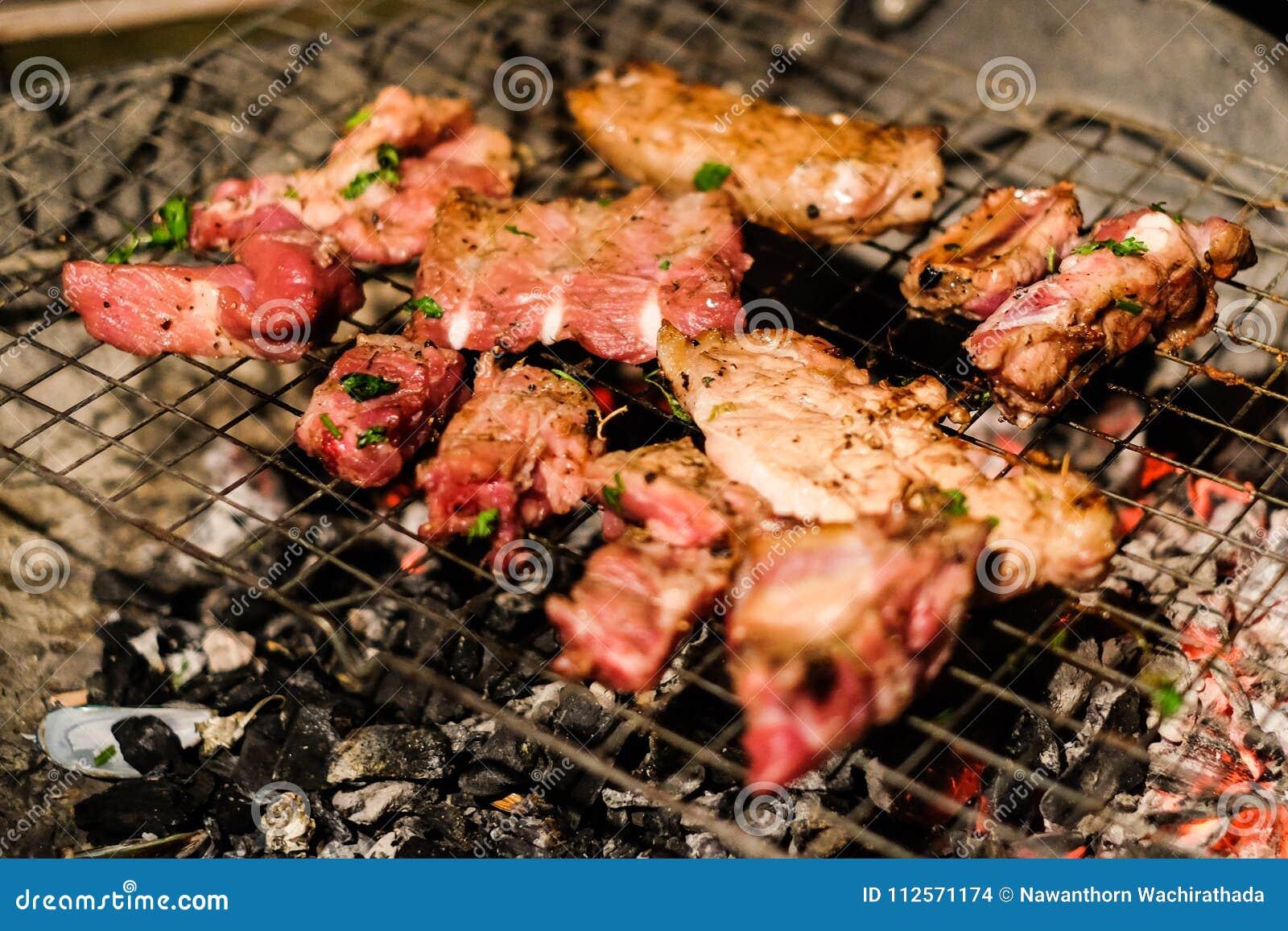 Ψημένο στη σχάρα ένζυμο βόειου κρέατος χοιρινού κρέατος και κρέατος με τη σάλτσα πιπεριών και στρειδιών