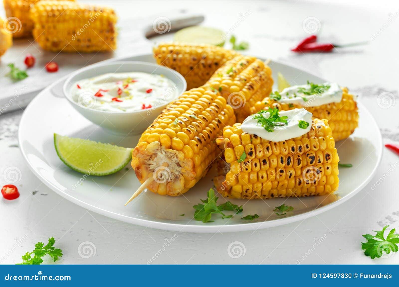 Ψημένο στη σχάρα γλυκό καλαμπόκι με την άσπρους μεξικάνικους σάλτσα, τα τσίλι και τον ασβέστη Υγιή θερινά τρόφιμα