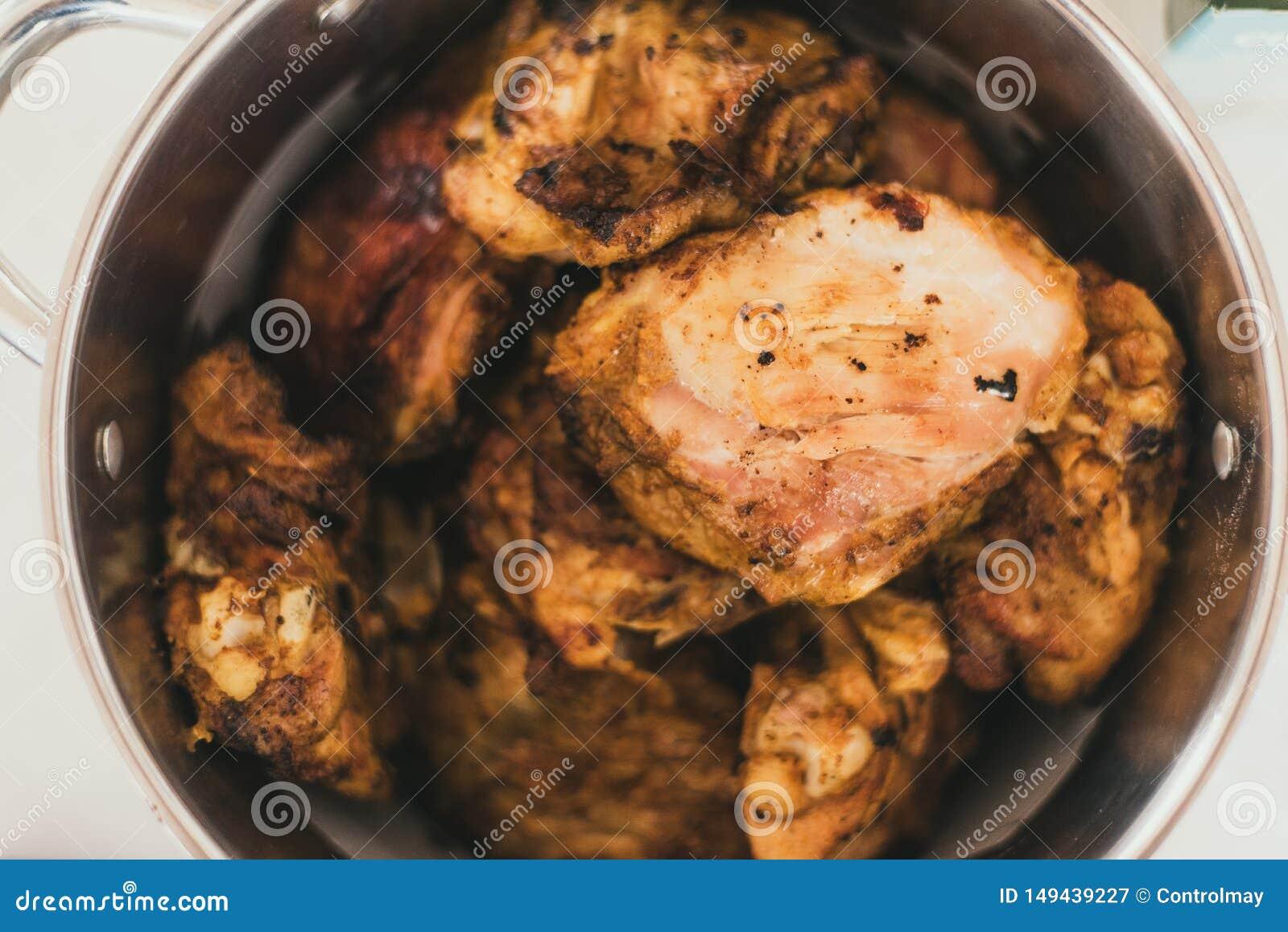 Ψημένο στη σχάρα κοτόπουλο σε μια κατσαρόλλα Κοτόπουλο με μια χρυσή κρούστα