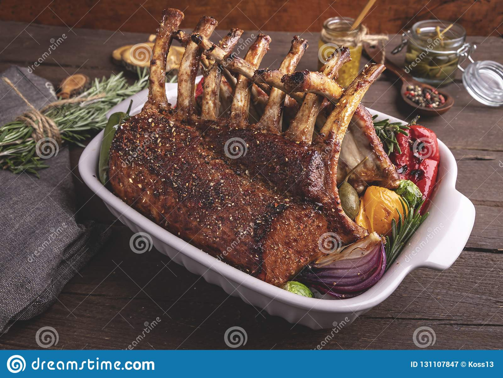 Ψημένο στη σχάρα ψημένο ράφι του αρνιού με τα λαχανικά Γεύμα σχαρών Ψημένες στη σχάρα μπριζόλες κρέατος αρνιών