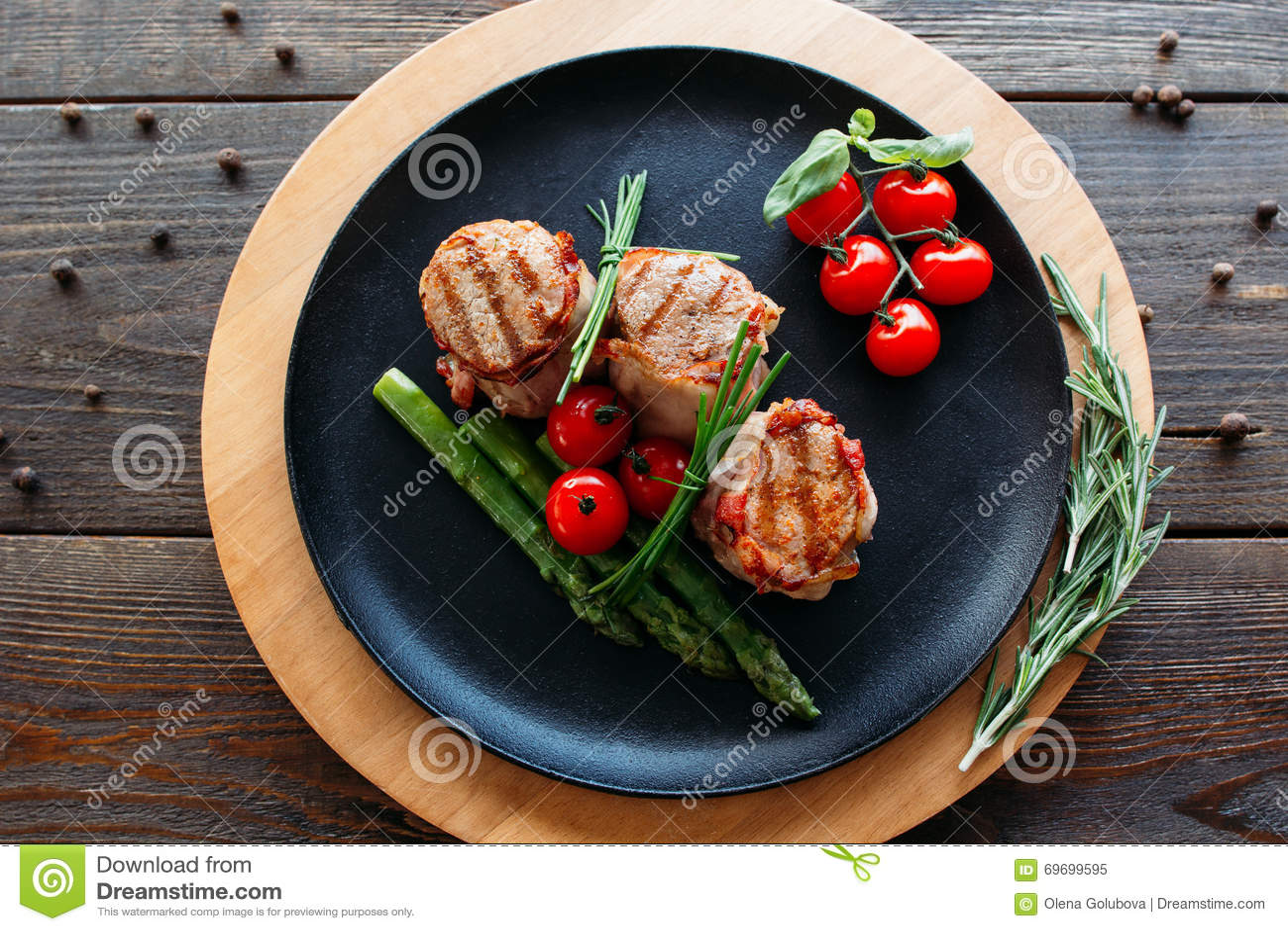 Ψημένο στη σχάρα χοιρινό κρέας με τα οργανικά λαχανικά
