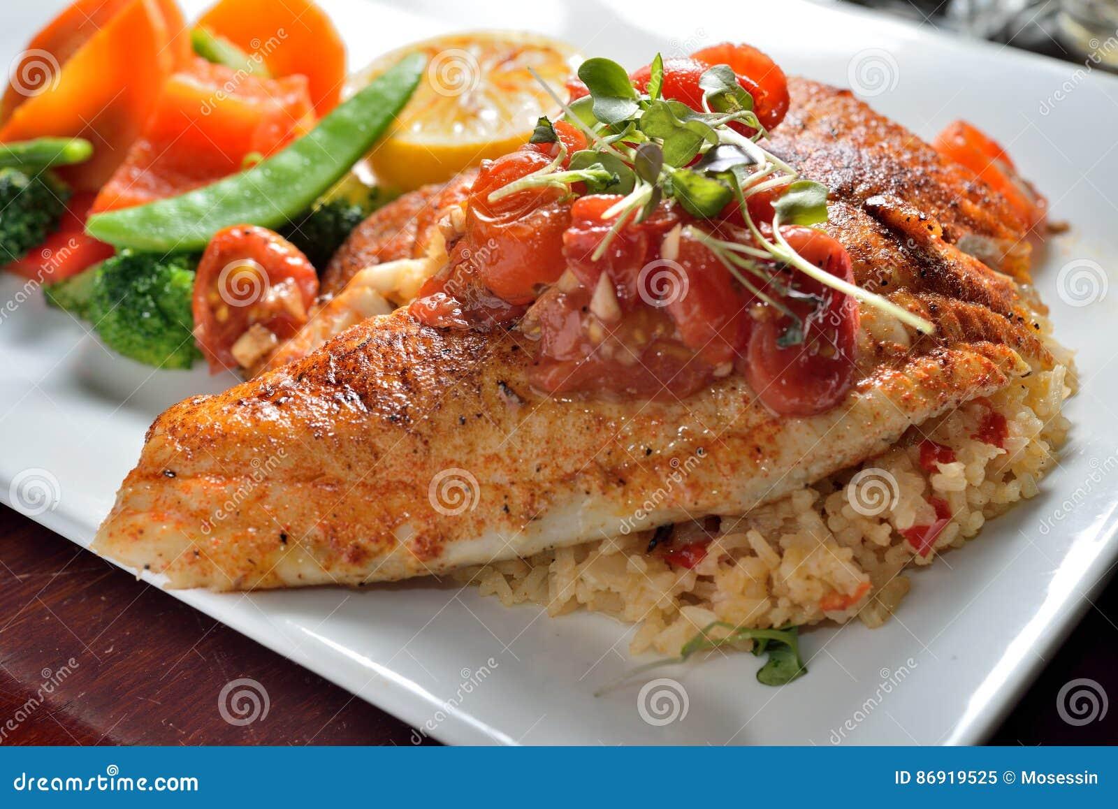 ψημένο στη σχάρα ψάρια tilapia