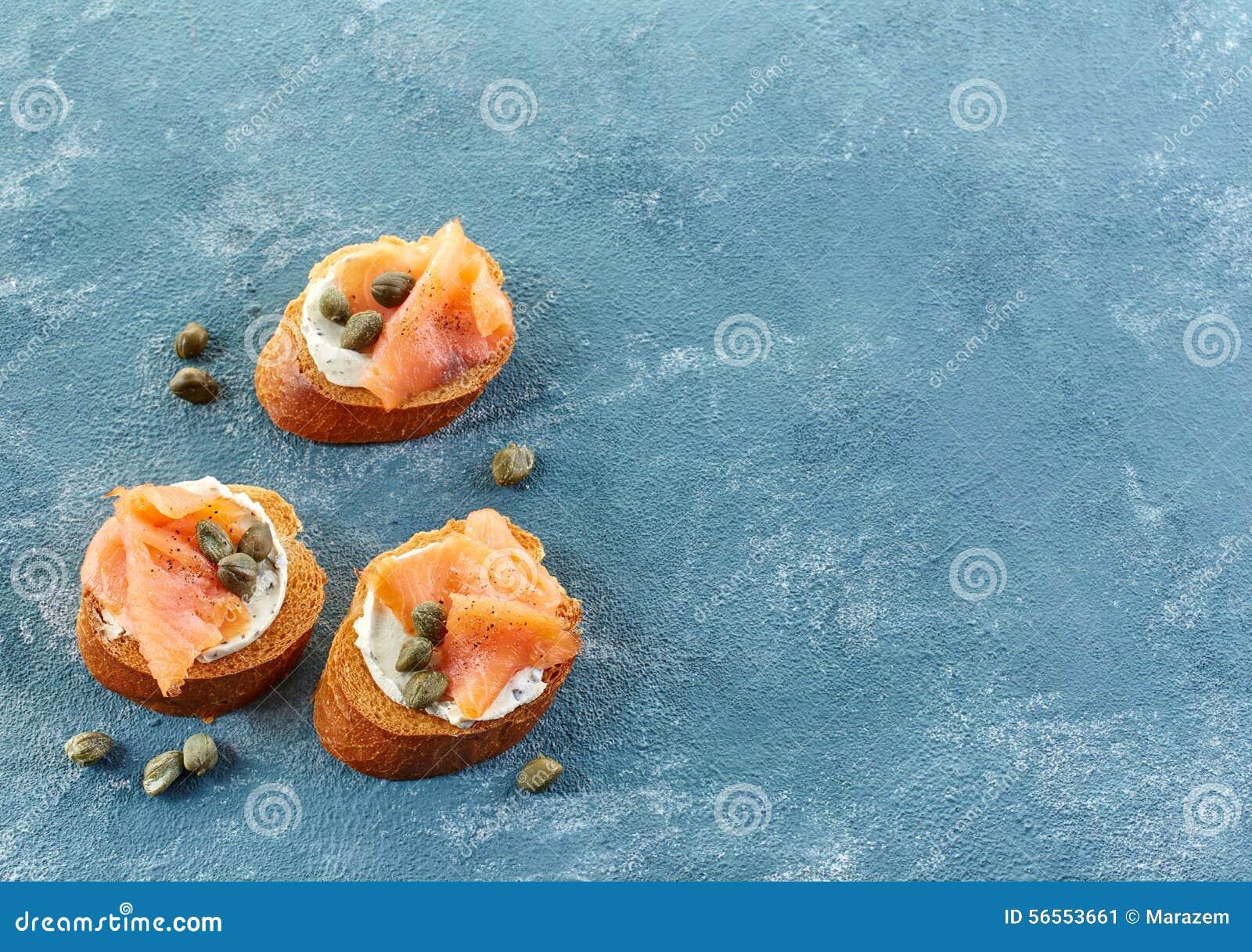 Download Ψημένο ψωμί με το τυρί και το σολομό κρέμας Στοκ Εικόνα - εικόνα από σάντουιτς, μπαχάμες: 56553661