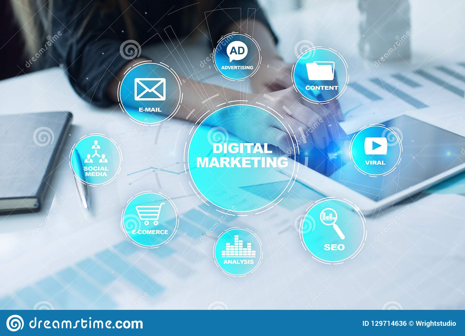Ψηφιακή έννοια τεχνολογίας μάρκετινγκ Διαδίκτυο On-line Βελτιστοποίηση μηχανών αναζήτησης SEO SMM τηλεοπτική διαφήμιση