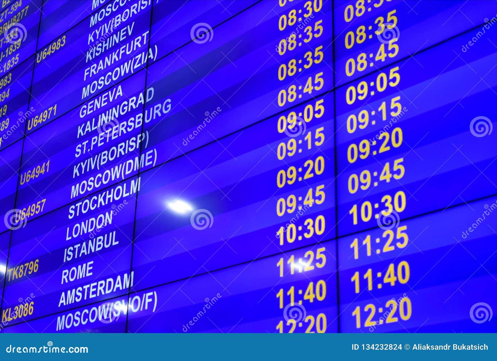 Ψηφιακός πίνακας πληροφοριών με το πρόγραμμα των πτήσεων στον αερολιμένα