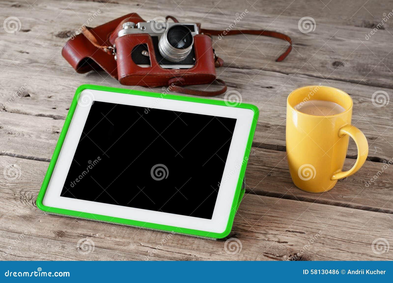 Ψηφιακός υπολογιστής ταμπλετών με τη μαύρη οθόνη με τον καφέ και εκλεκτής ποιότητας κάμερα στην ξύλινη κινηματογράφηση σε πρώτο π