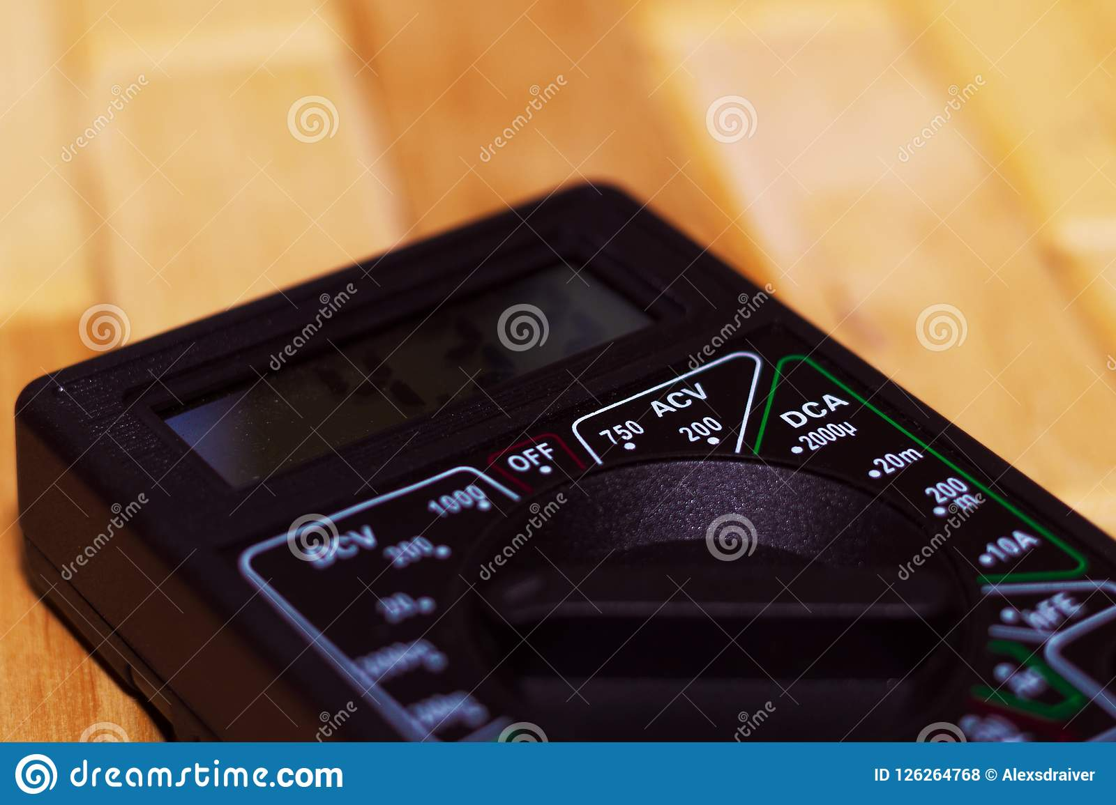 Ψηφιακό μετρώντας πολύμετρο στο ξύλινο πάτωμα Παρουσιάζει 4 33V ή πλήρως φορτισμένη μπαταρία Περιλαμβάνει το βολτόμετρο, ampermet