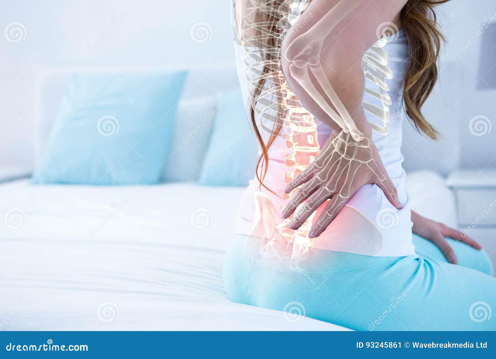 Ψηφιακό σύνθετο της τονισμένης σπονδυλικής στήλης της γυναίκας με τον πόνο στην πλάτη