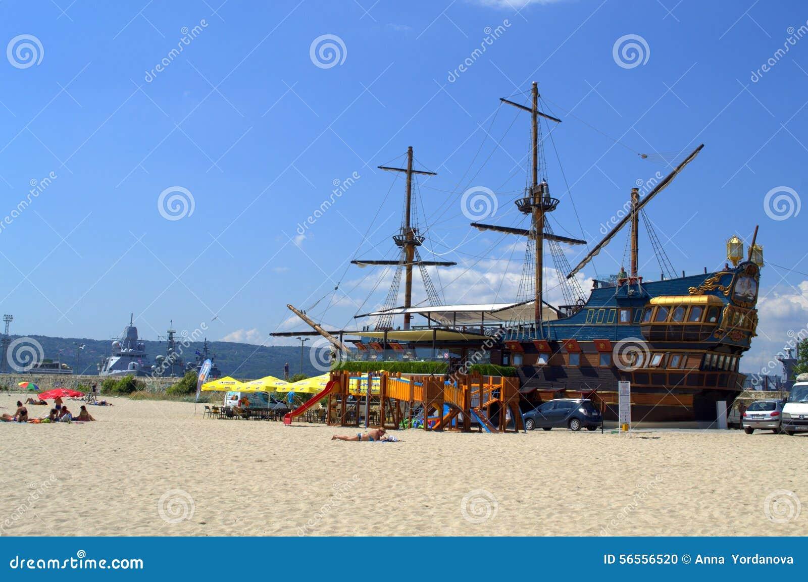 Download Ψηλό σκάφος στην παραλία της Βάρνας Εκδοτική εικόνα - εικόνα από αερακιού, φρεγάτες: 56556520