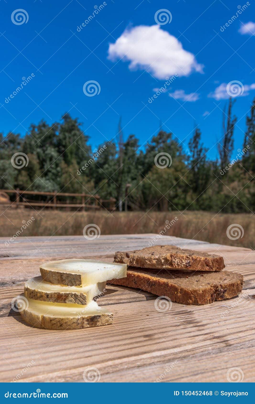 Ψωμί με το τυρί σε ένα θαυμάσιο lanscape