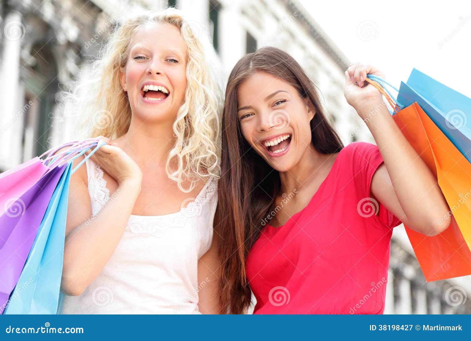 Ψωνίζοντας γυναίκες φίλων συγκινημένες και ευτυχείς