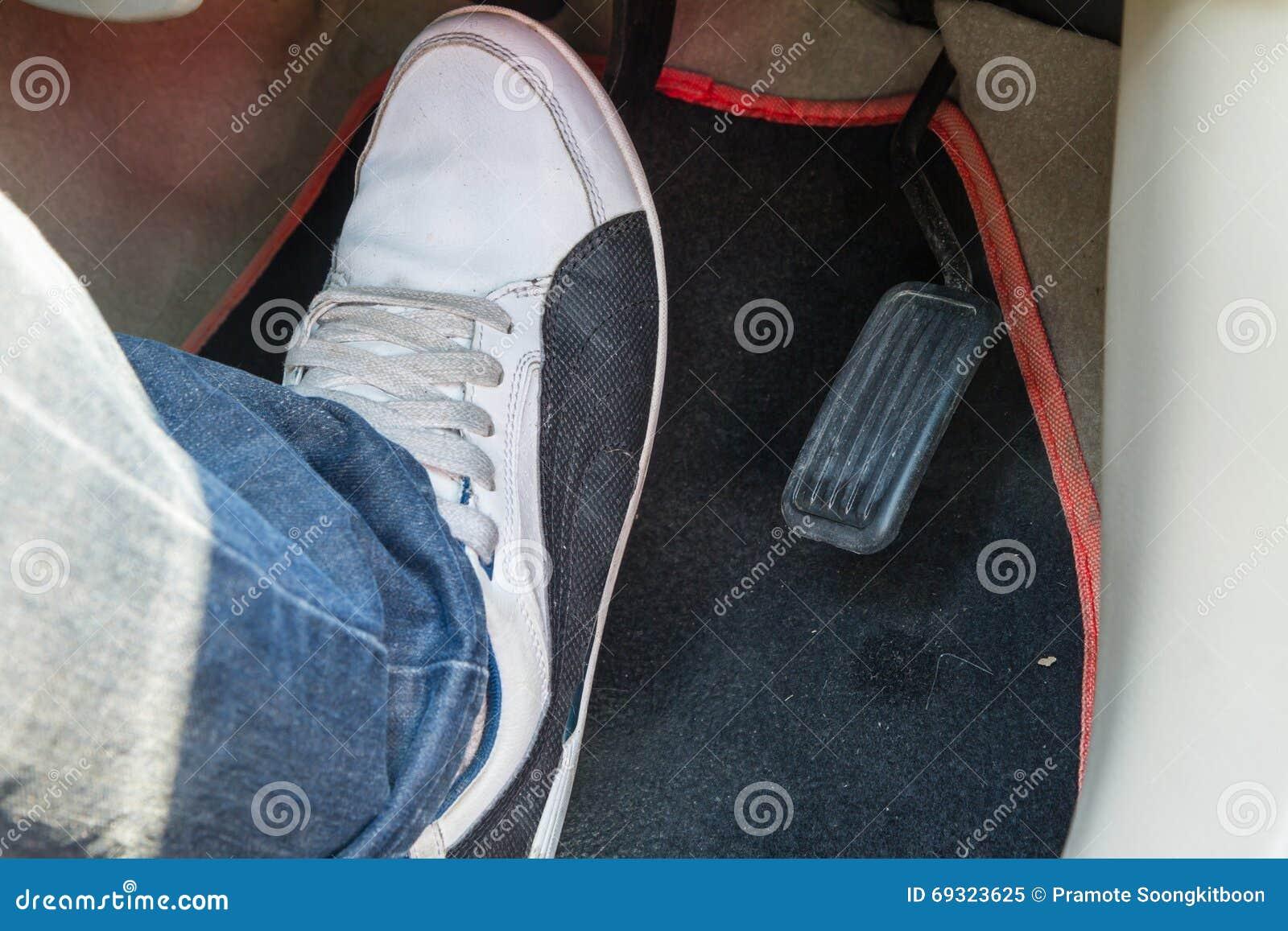 Ωθήστε το πεντάλι φρένων του αυτοκινήτου