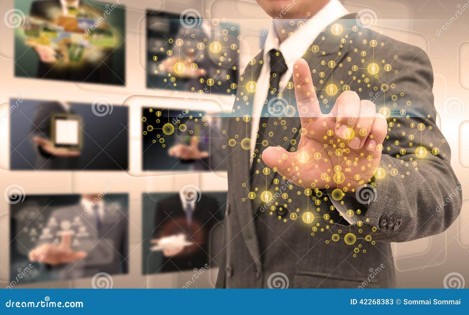 Ωθώντας κουμπί χεριών επιχειρηματιών σε μια διεπαφή οθόνης αφής