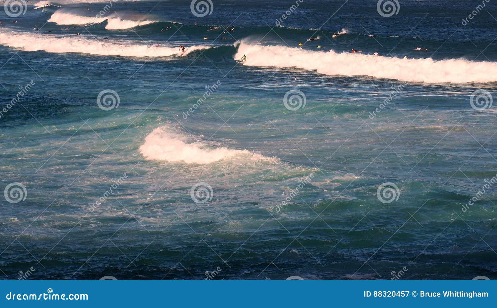 Ωκεάνια κύματα που σπάζουν στην παραλία κυματωγών