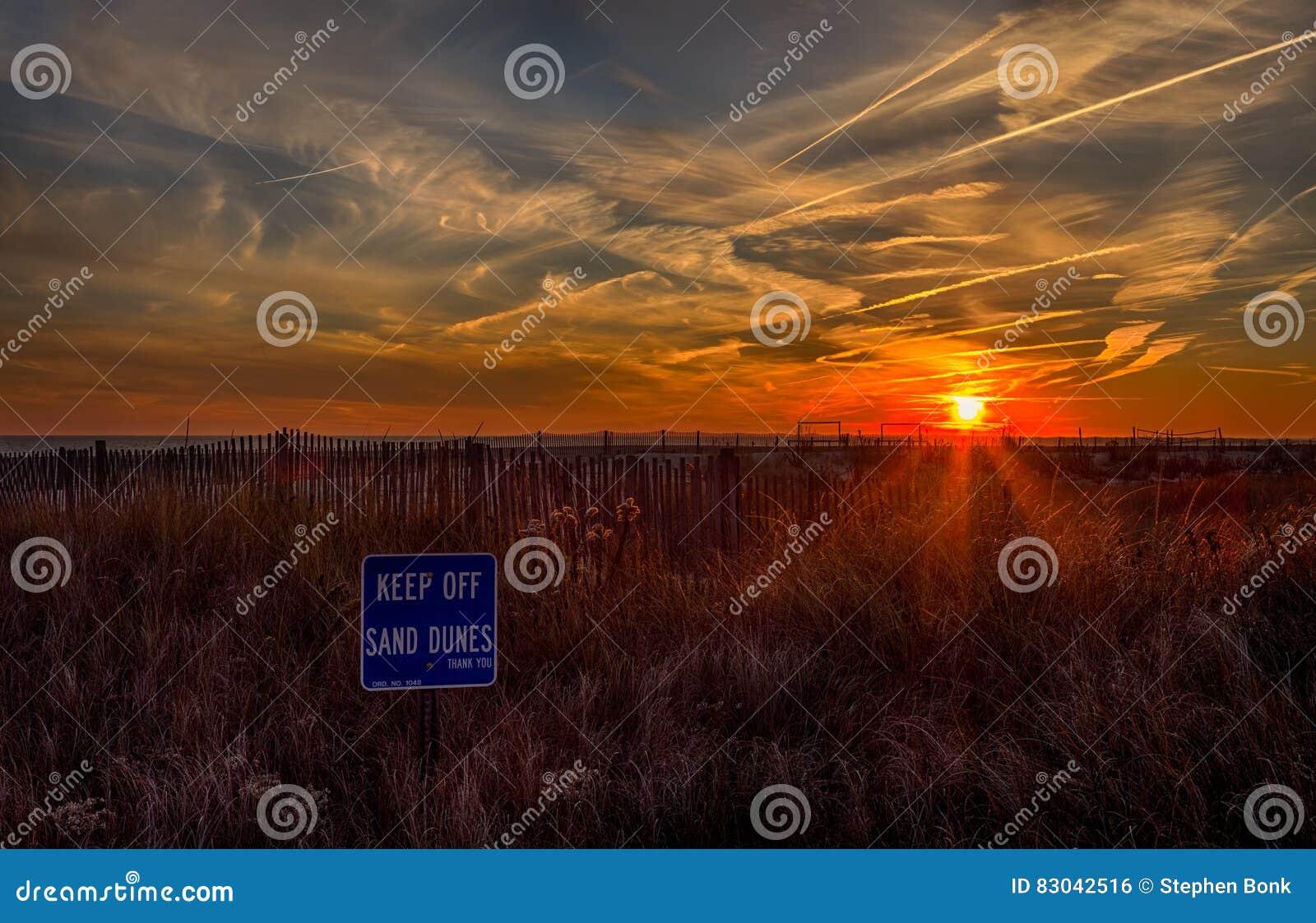Ωκεάνιο ηλιοβασίλεμα στο ακρωτήριο Μάιος, Νιου Τζέρσεϋ στην ακτή