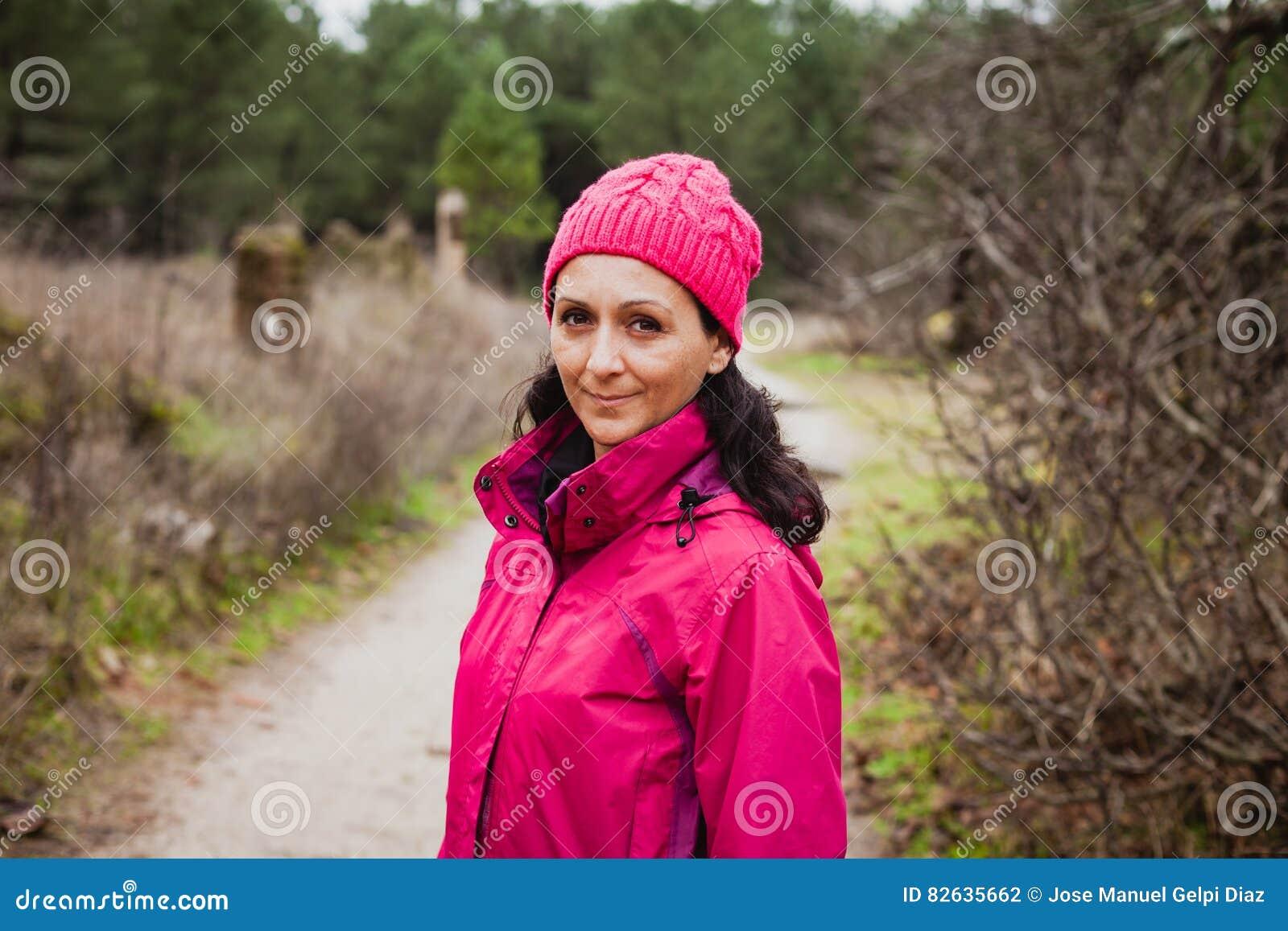 Ωριμασμένη γυναίκα στο δάσος