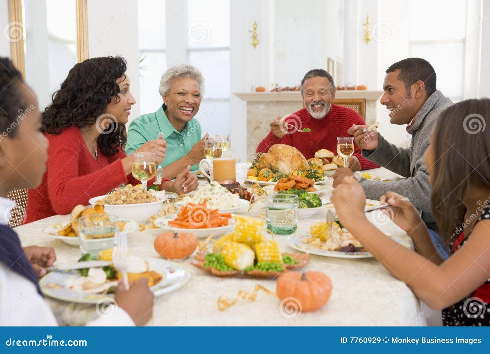 όλη η οικογένεια γευμάτω&