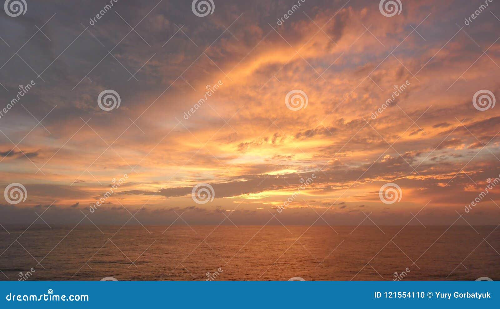 Όλος ο ουρανός πέρα από τον ωκεανό στο χρώμα καλύπτει