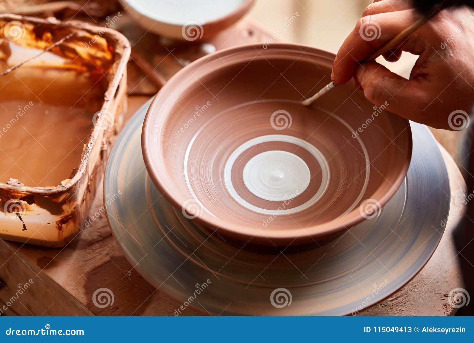 Όμοια χειροποίητη κούπα αγγειοπλαστών τρομακτικού προσώπου σε ένα ξύλινο ράφι, κινηματογράφηση σε πρώτο πλάνο, shellow βάθος του