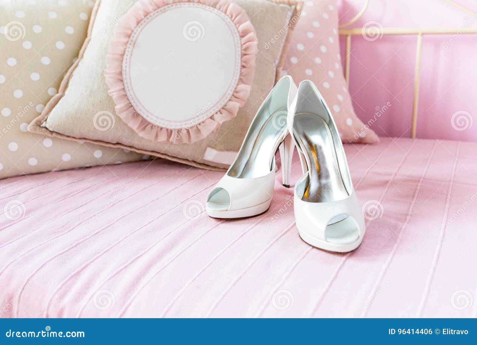 2bc708d0137a Όμορφα άσπρα νυφικά παπούτσια για τη ημέρα γάμου Στοκ Εικόνες ...