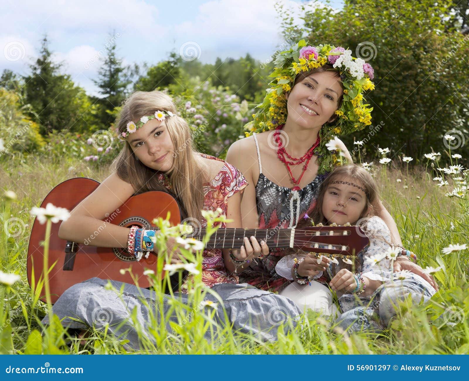 Όμορφα κορίτσια του χίπη στον τομέα