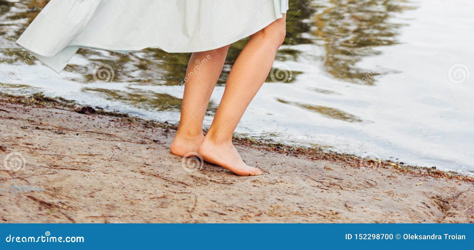Όμορφα πόδια γυναικών στην παραλία Έννοια της αφαίρεσης τρίχας r r