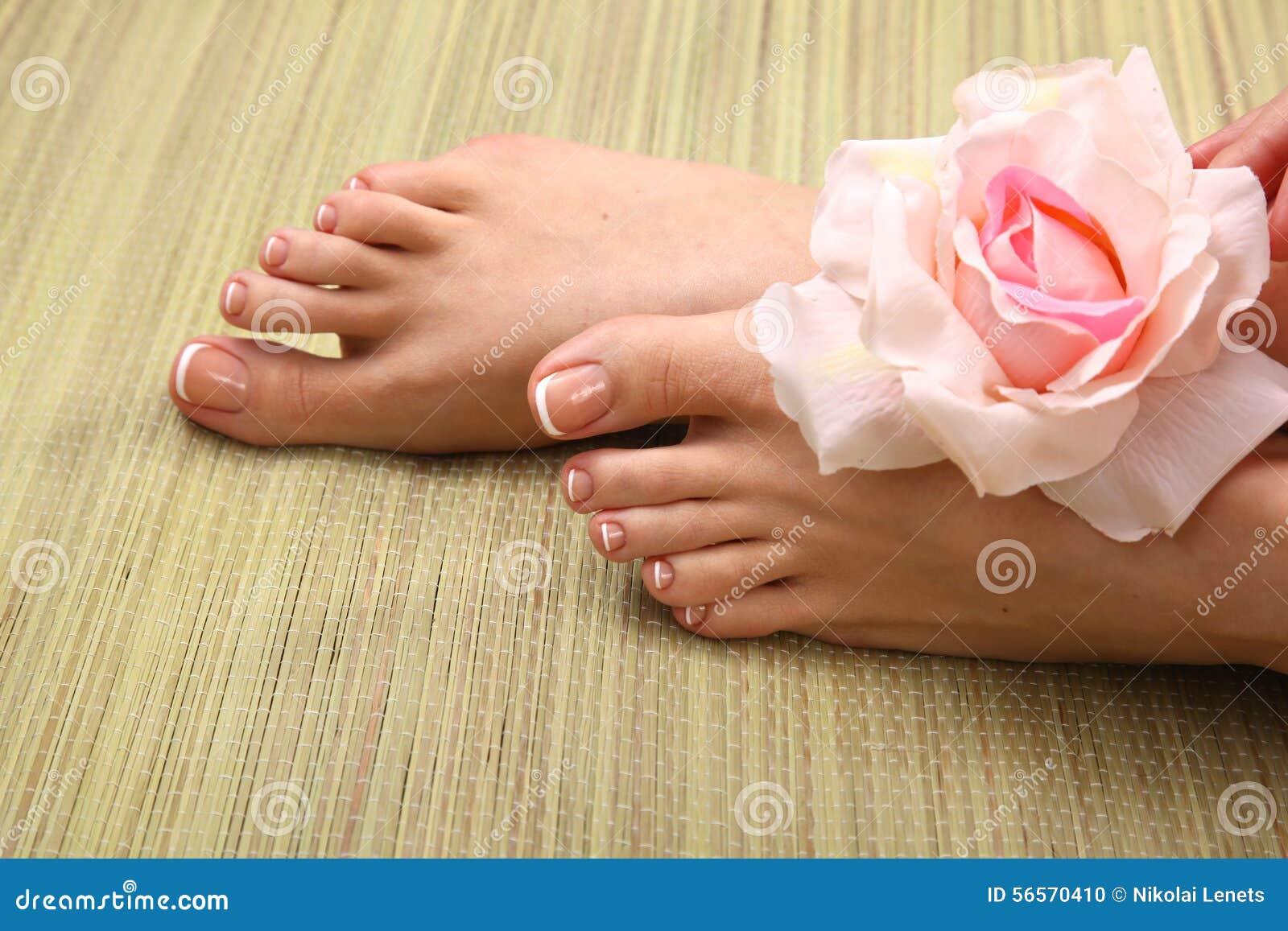 Download Όμορφα πόδια με το τέλειο γαλλικό καρφί SPA Στοκ Εικόνες - εικόνα από σαλόνι, καρφί: 56570410