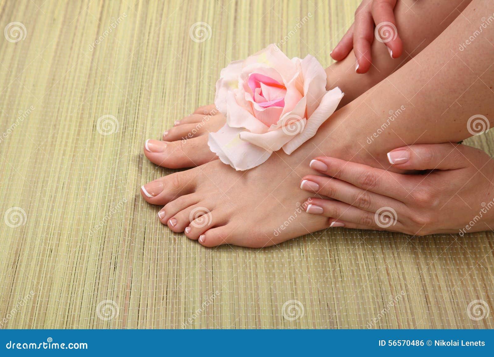 Download Όμορφα πόδια με το τέλειο γαλλικό καρφί SPA Στοκ Εικόνες - εικόνα από δάχτυλο, πόδι: 56570486
