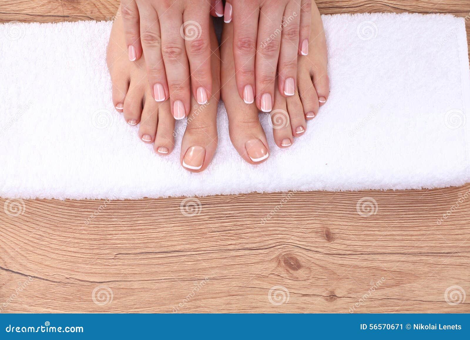 Download Όμορφα πόδια με το τέλειο γαλλικό καρφί SPA Στοκ Εικόνα - εικόνα από pedicure, κρέμα: 56570671
