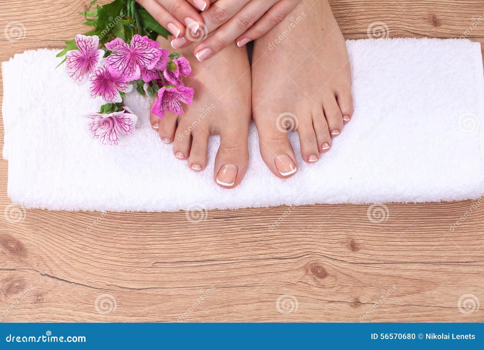Download Όμορφα πόδια με το τέλειο γαλλικό καρφί SPA Στοκ Εικόνες - εικόνα από σαλόνι, κρέμα: 56570680