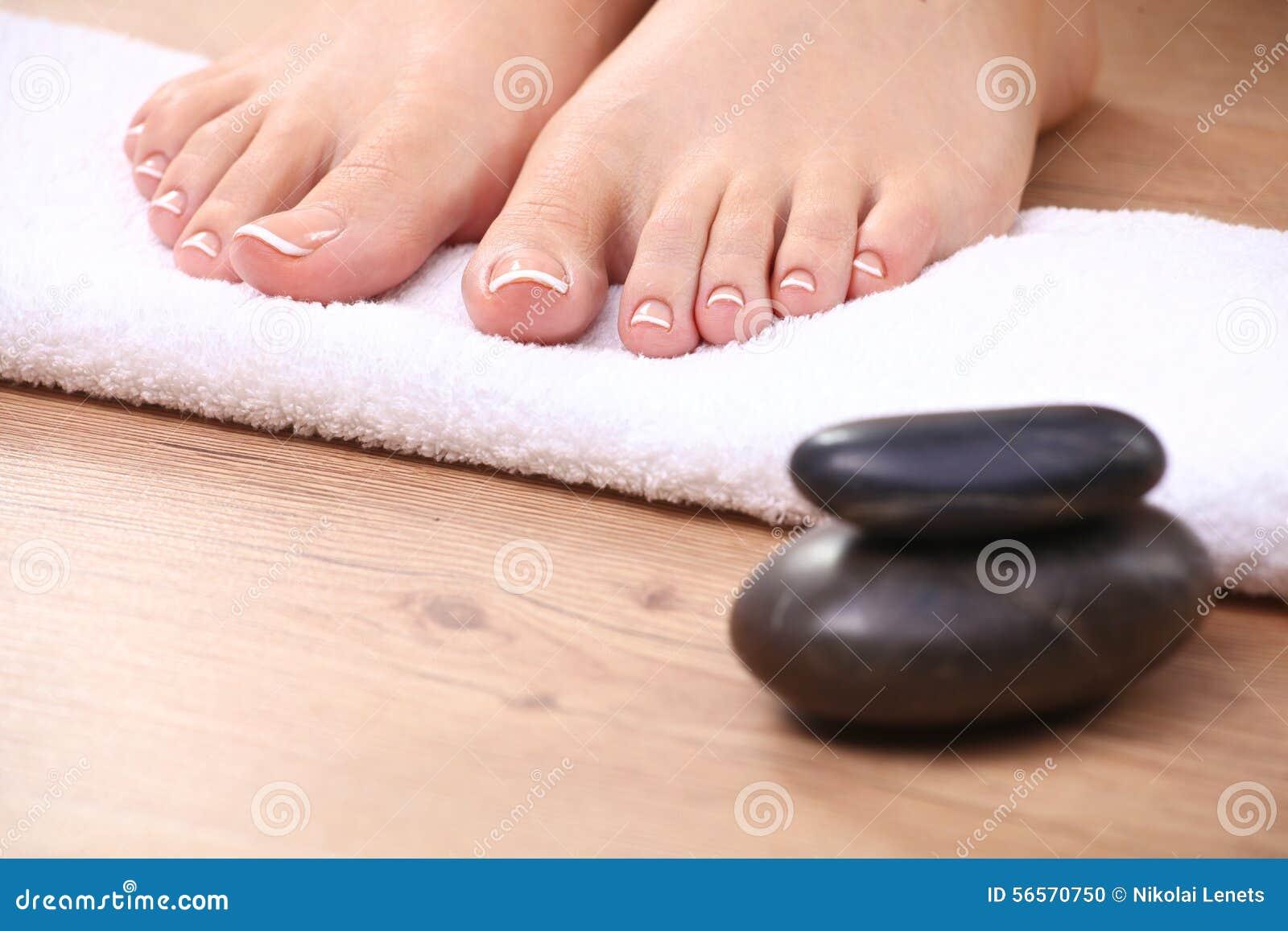 Download Όμορφα πόδια με το τέλειο γαλλικό καρφί SPA Στοκ Εικόνες - εικόνα από θηλυκός, πόδι: 56570750