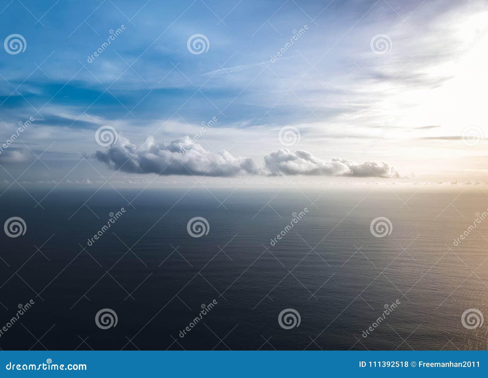 Όμορφα σύννεφα πέρα από τη θάλασσα στο ηλιοβασίλεμα κορυφαία όψη