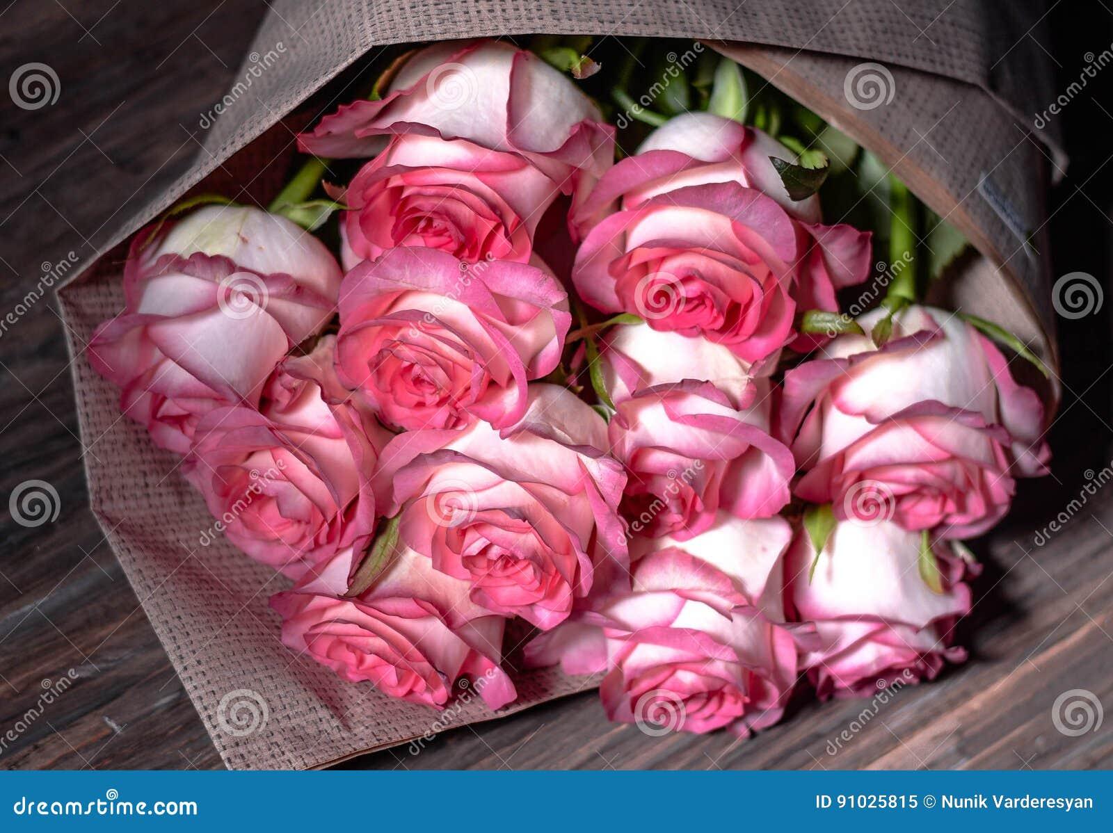 Όμορφα φρέσκα ρόδινα τριαντάφυλλα
