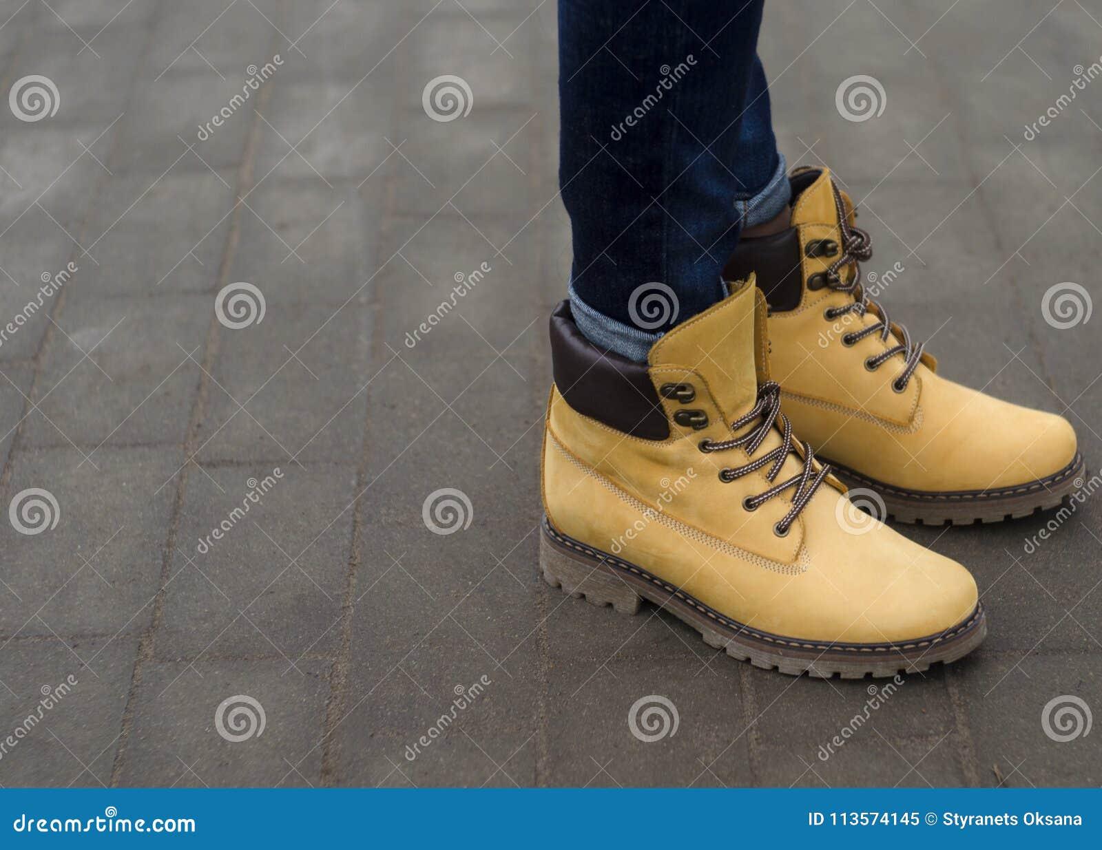 25f6c5166ee Όμορφα χειμερινά κίτρινα παπούτσια γυναικών Στοκ Εικόνα - εικόνα από ...