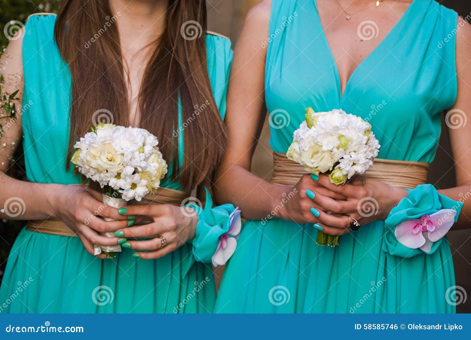 Όμορφες ανθοδέσμες των λουλουδιών έτοιμων για τη μεγάλη γαμήλια τελετή