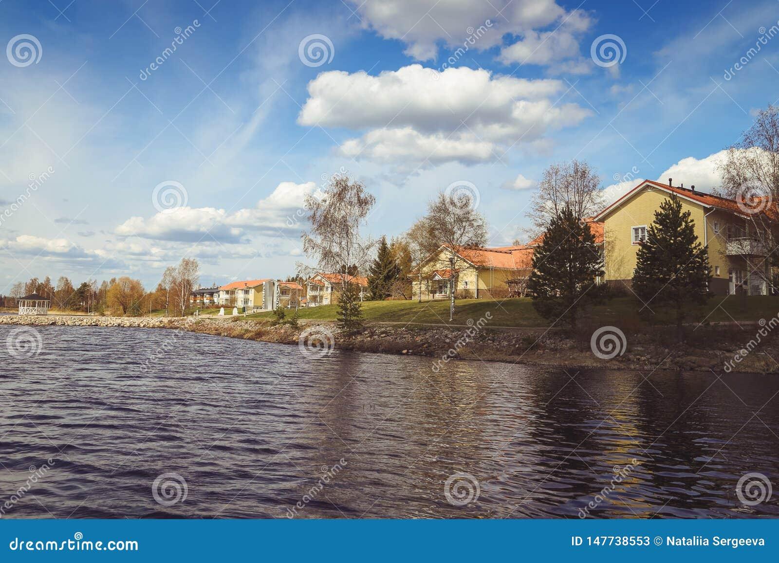Όμορφες απόψεις της λίμνης, των σπιτιών, της σημύδας και του δασικού φινλανδικού τοπίου Λίμνες και κοιλάδες Θερινή άποψη της Καρε