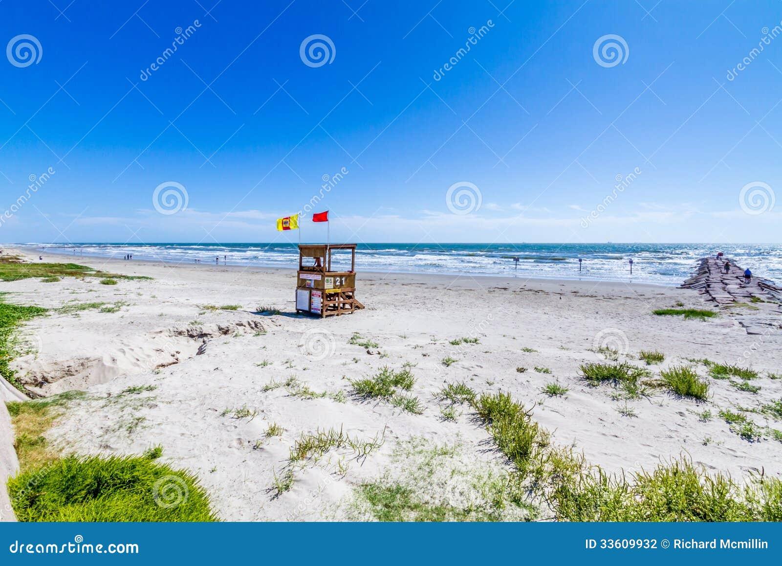 Όμορφες κυματωγή και άμμος σε μια ωκεάνια παραλία καλοκαιριού.