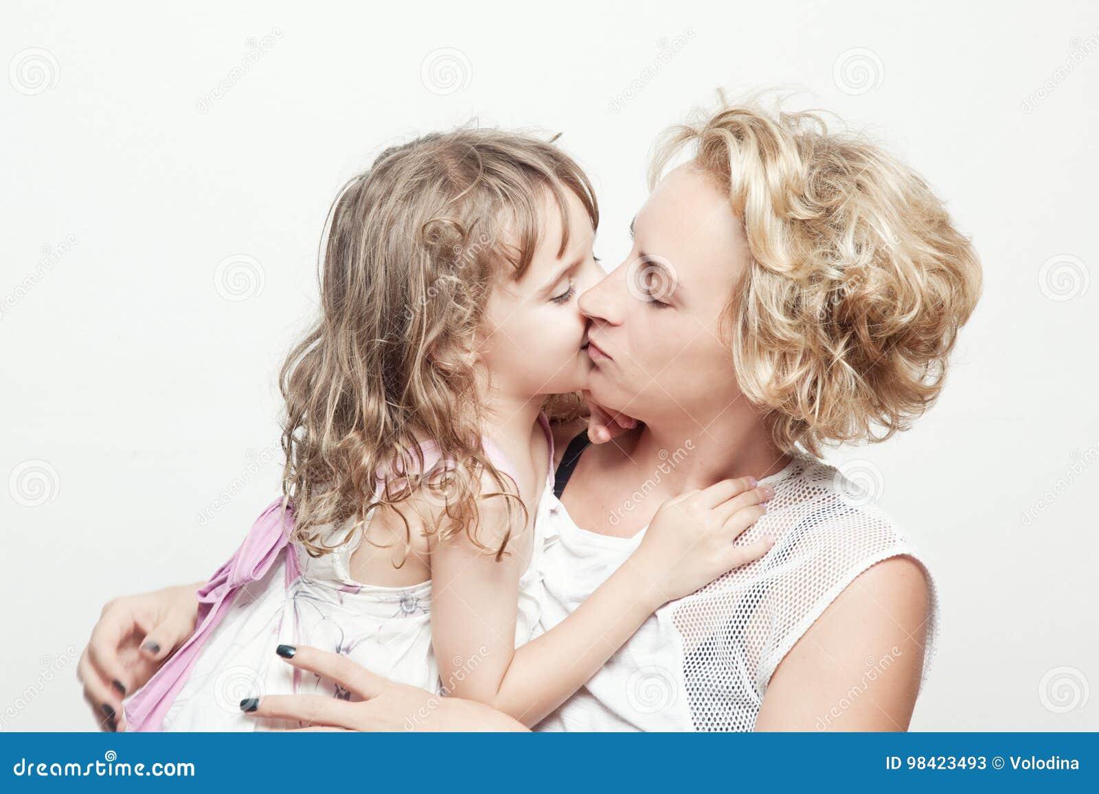 Όμορφες νέες γυναίκα και αυτή που γοητεύουν λίγη κόρη