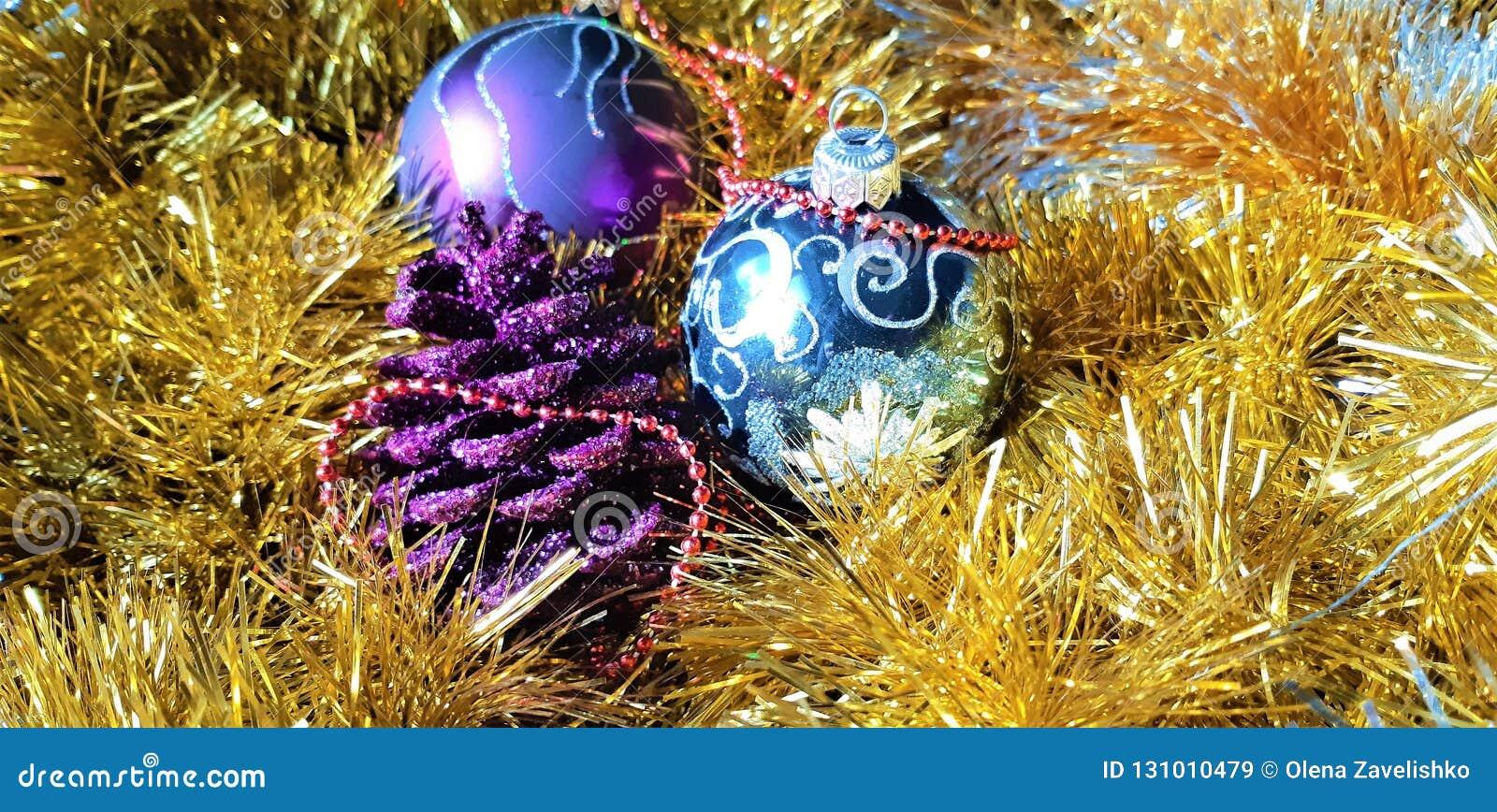 Όμορφες νέες παιχνίδια έτους s και διακοσμήσεις Χριστουγέννων Υπόβαθρο φιαγμένο από σφαίρες και tinsel Χριστουγέννων