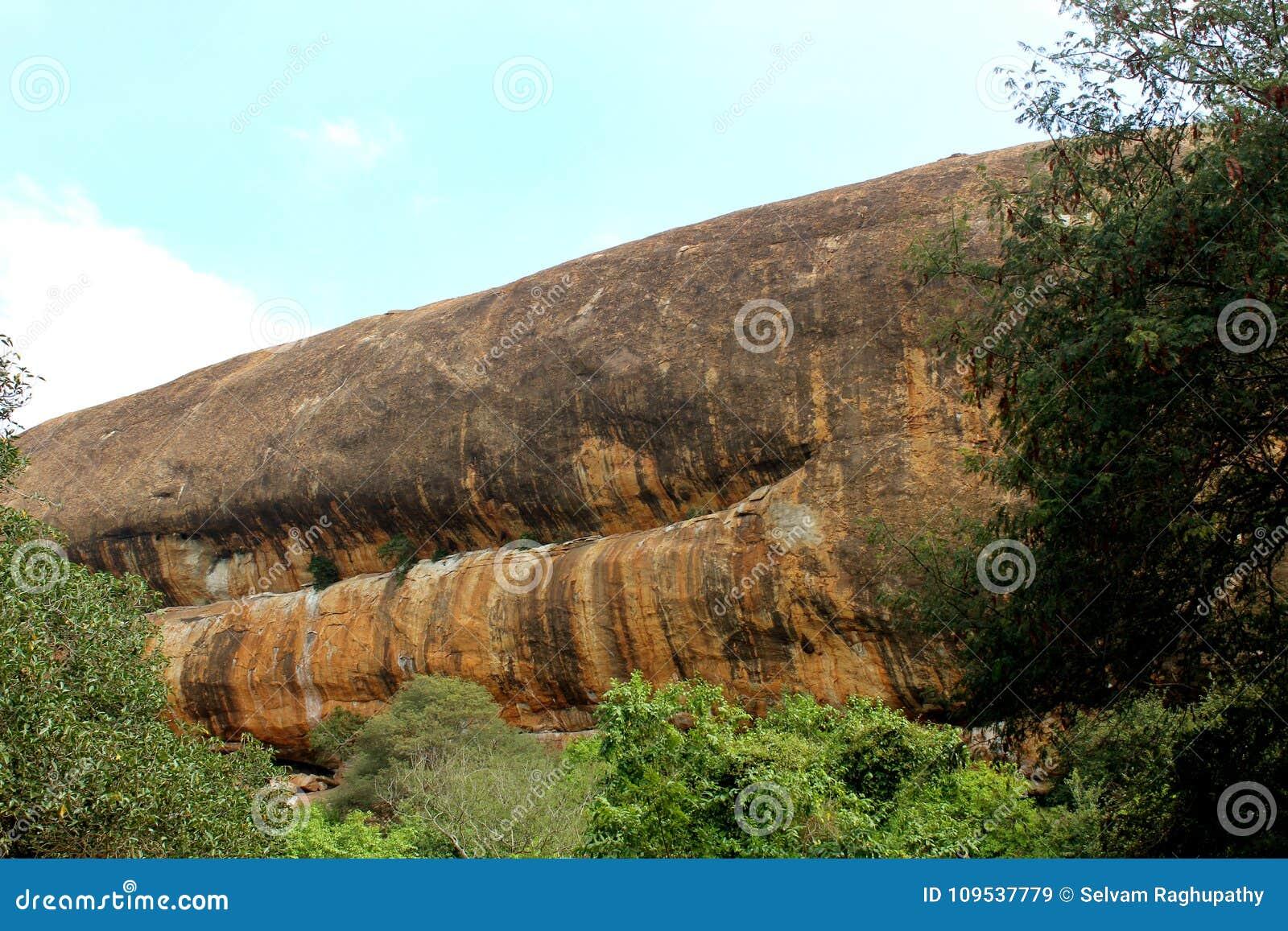 Όμορφες πέτρες λόφων σύστασης του sittanavasal ναού σπηλιών σύνθετου